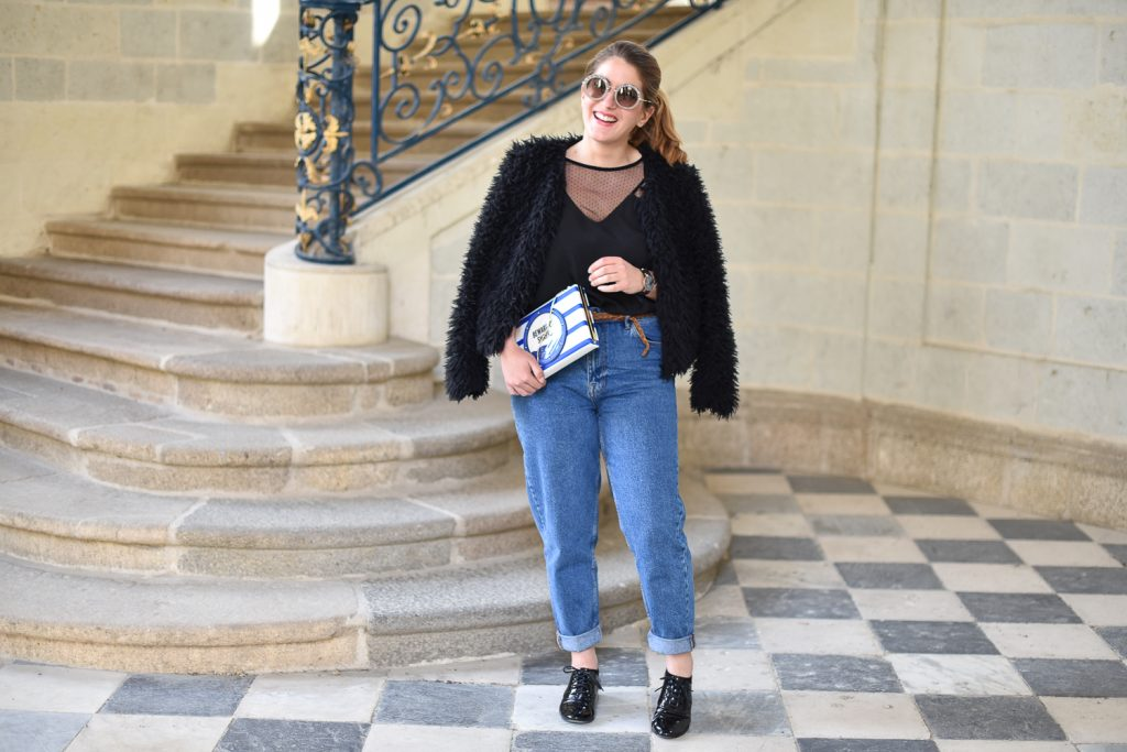 mom jeans et lunettes de soleil miu miu